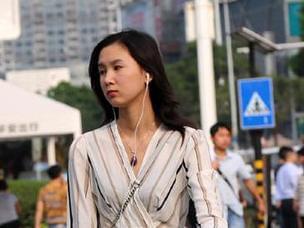 东莞街头成群美女性感出行 穿短裤背心