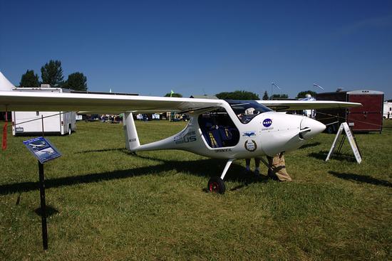 (原标题:A Battery-Powered Electric Plane Just Had Its First Test Flight in Australia) 网易科技讯 1月10日消息,据Futurism网站报道,当世界准备接受全电动汽车(EV)成为主流时,许多国家开始计划放弃以内燃机为动力的汽车。随着电池技术的进步,电动飞机的出现也并不令人惊讶,最近在澳大利亚进行的单引擎电动飞机试飞就是这种转变的一个最佳例证。  1月2日,斯洛文尼亚轻型飞机制造商Pipistrel第一次在澳大利亚珀斯机场上空试