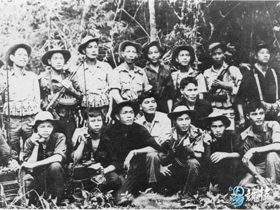 越南战争中的北越士兵,其中两人手持AK-47突击步枪