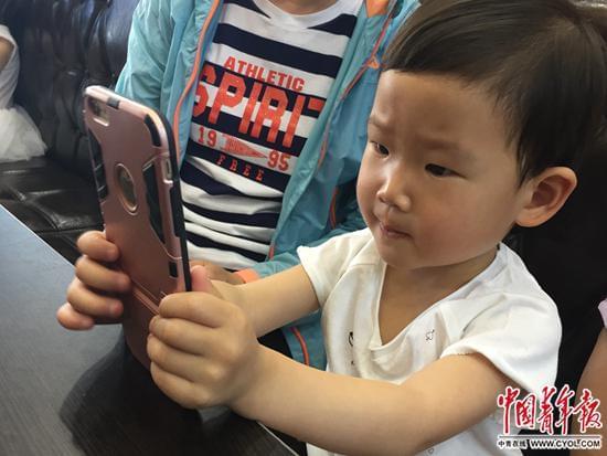 谁在制造小近视眼?家长看手机给孩子玩ipad