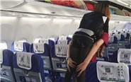 空姐背腿脚不便女乘客下机