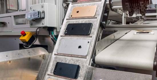 """机器人演绎""""西部淘金 """"十万台iphone淘黄金一公斤"""