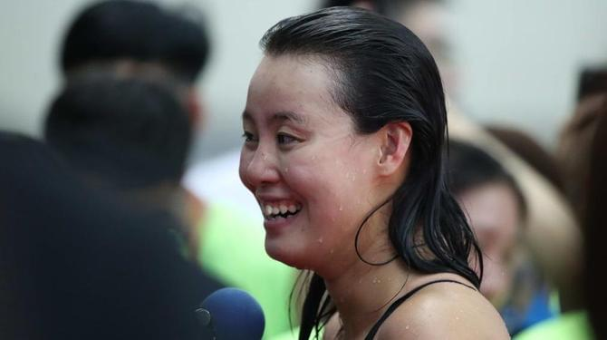 傅园慧出战100仰决赛 用水浇头表情丰富