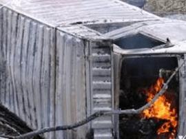 广西一小货车遭追尾后自燃 驾驶室内两人被烧焦