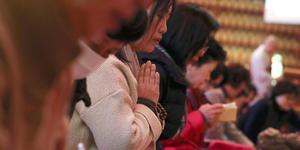韩国高考推迟后 考生家长再赴寺庙拜神求佛
