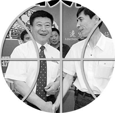 红运集团副总经理袁克祥(右)与韩召善握手