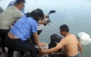 民警河内捞出摩托车 现场未发现落水者