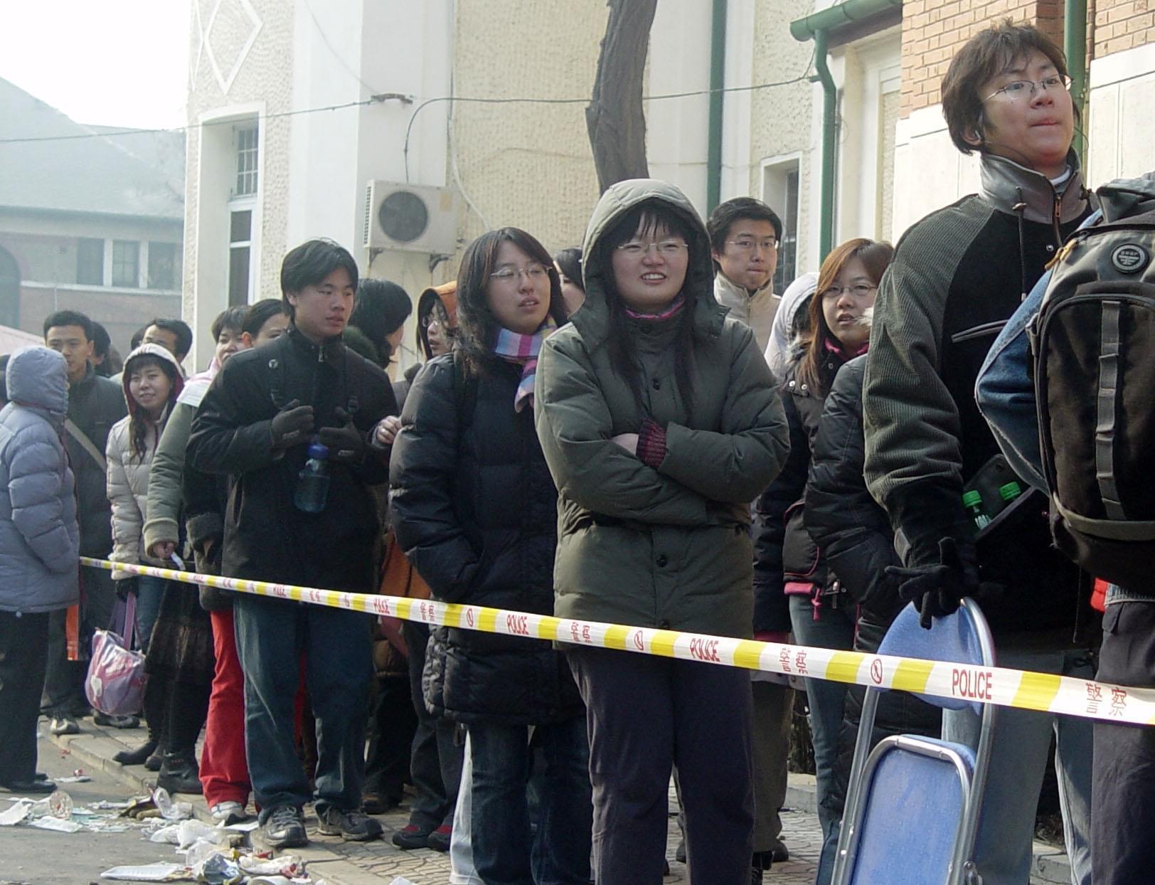 2006年2月20日清晨,天津外院内,一大早便有数千人排队报名托福考试。/CFP