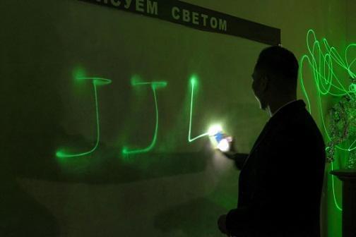 金吉列留学首席运营官 郭明斐先生做光学实验