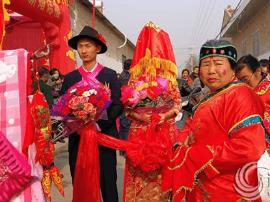 芮城:古典婚礼在农村渐成时尚 更显喜庆热闹