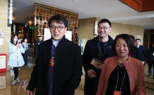 成龙冯小刚等前往参加政协预备会