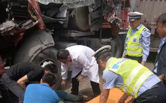 货车相撞 吉县交警急速出警伸援手