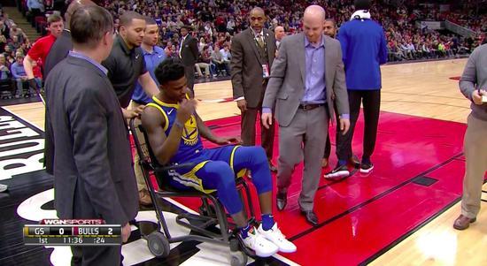 【影片】勇士菜鳥遭隔扣單腳落地左腳受傷 痛苦緊抓柯瑞手臂-Haters-黑特籃球NBA新聞影片圖片分享社區
