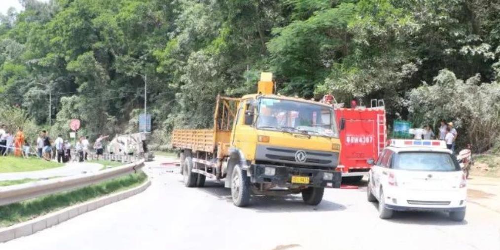 货车|深圳最离奇车祸!行人摔倒险遭碾压 结果司机身亡
