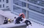 姜堰一白衣女子跳楼被救下 场面惊险