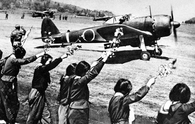 日本高中女生正在欢送一式战斗机的离去。/维基百科