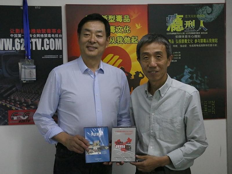 北京禁毒教育基地副主任向濮存昕老师赠送禁毒光盘