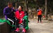 男子背瘫痪妻8小时爬泰山