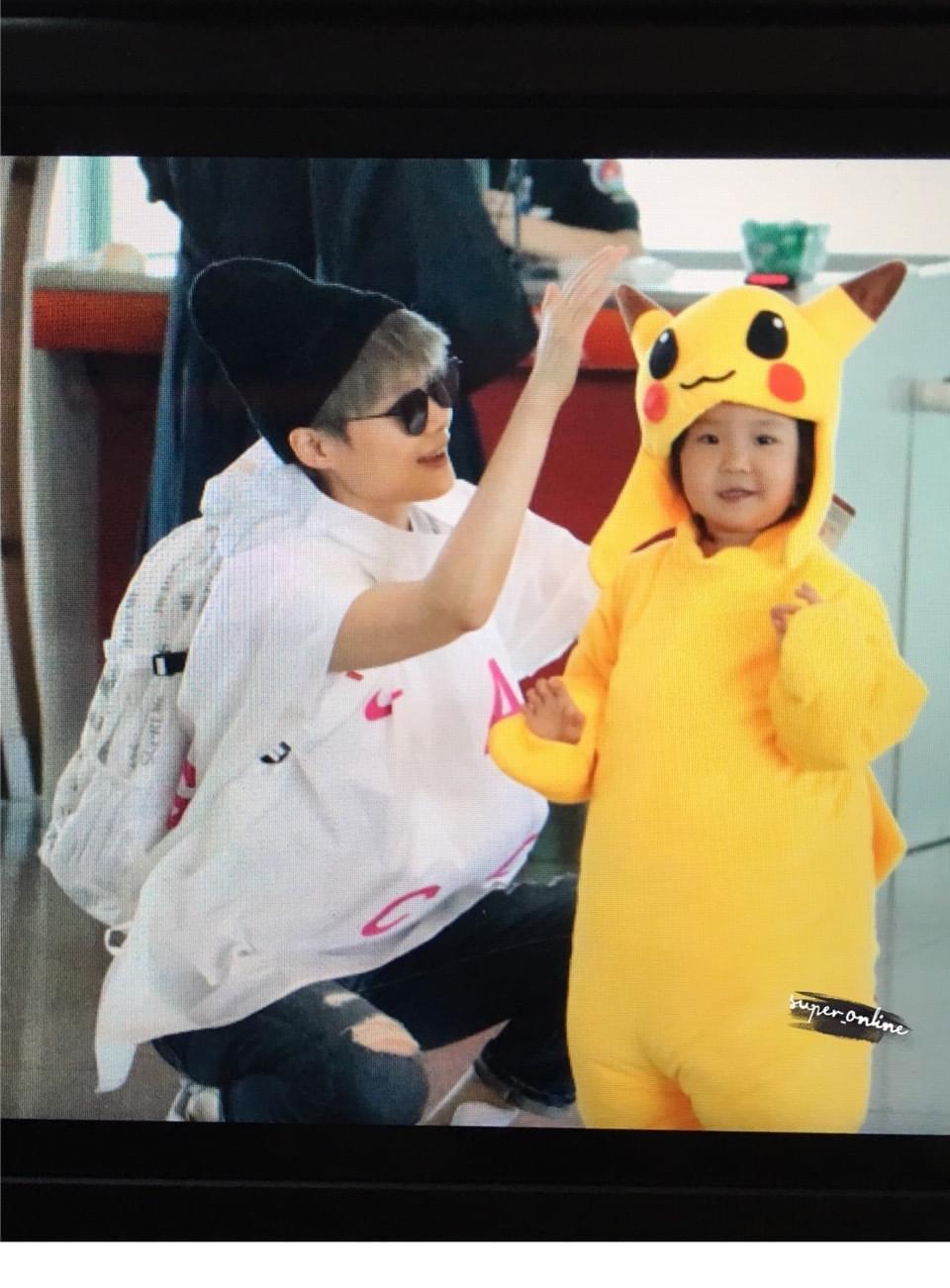 萌化!小歌迷扮皮卡丘与李宇春机场相拥