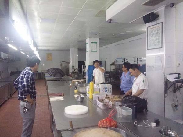 咸安区干部冒雨清理环境迎国家卫生城市复审
