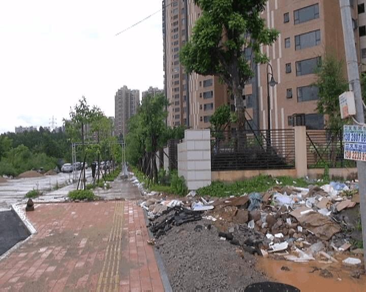 新建楼盘旁堆放垃圾 施工方表示尽快清理