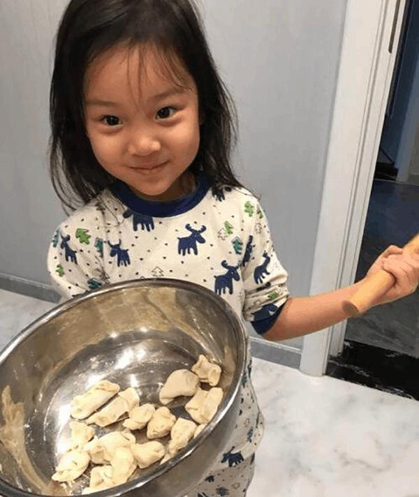 甜馨早起包饺子引热议 如何正确鼓励孩子做家务