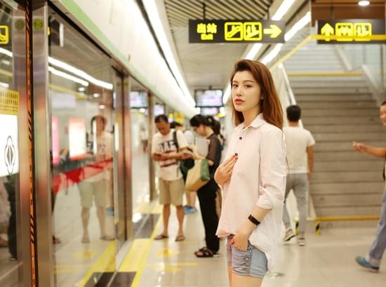 出门挤地铁远行坐火车 葛天的交通方式真接地气