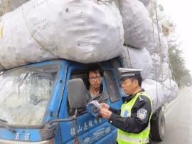 新绛:民警上路搞宣传 巨无霸车被查获