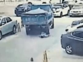 龙华一停车场管理员被倒退货车碾死 视频拍下全过程