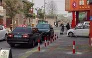 商家霸占公共停车位 执法部门责令拆除