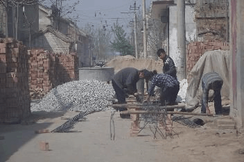 建房本是好事  通城一村民却将建房材料堵路上
