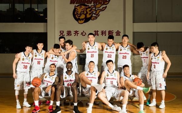 广东新赛季写真 阿联霸气坐姿尽显大佬范