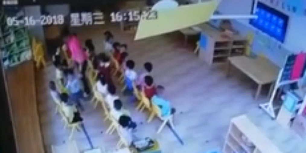 """深圳一幼儿园家长报警称""""老师打小孩"""" 监控视频流出"""