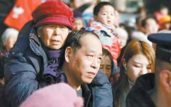 55岁儿子背85岁老母亲看热闹照片感动长治
