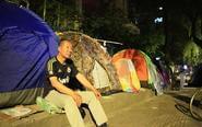 家长支帐篷昼夜排队报名