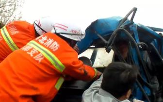 货车掉入水沟司机被困 邯郸消防紧急营救