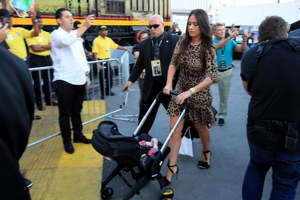 麦格雷戈女友推着婴儿车来到与梅威瑟的比赛现场。