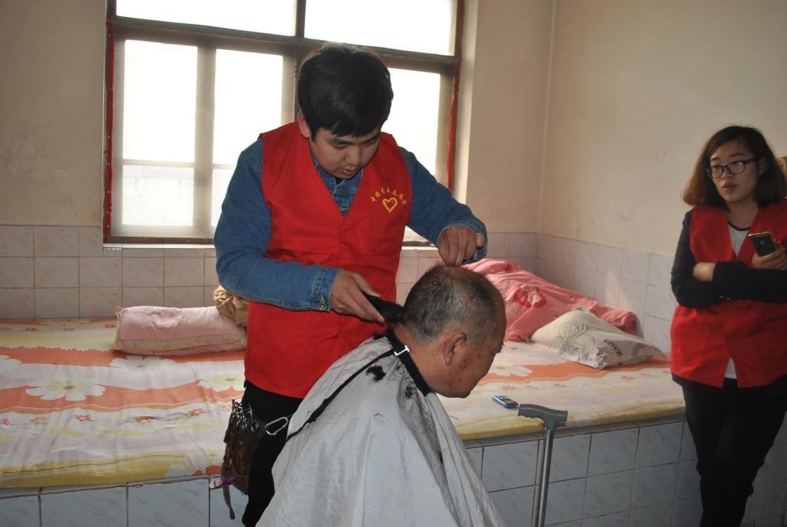 沧州中捷残联为重度残疾人义务理发