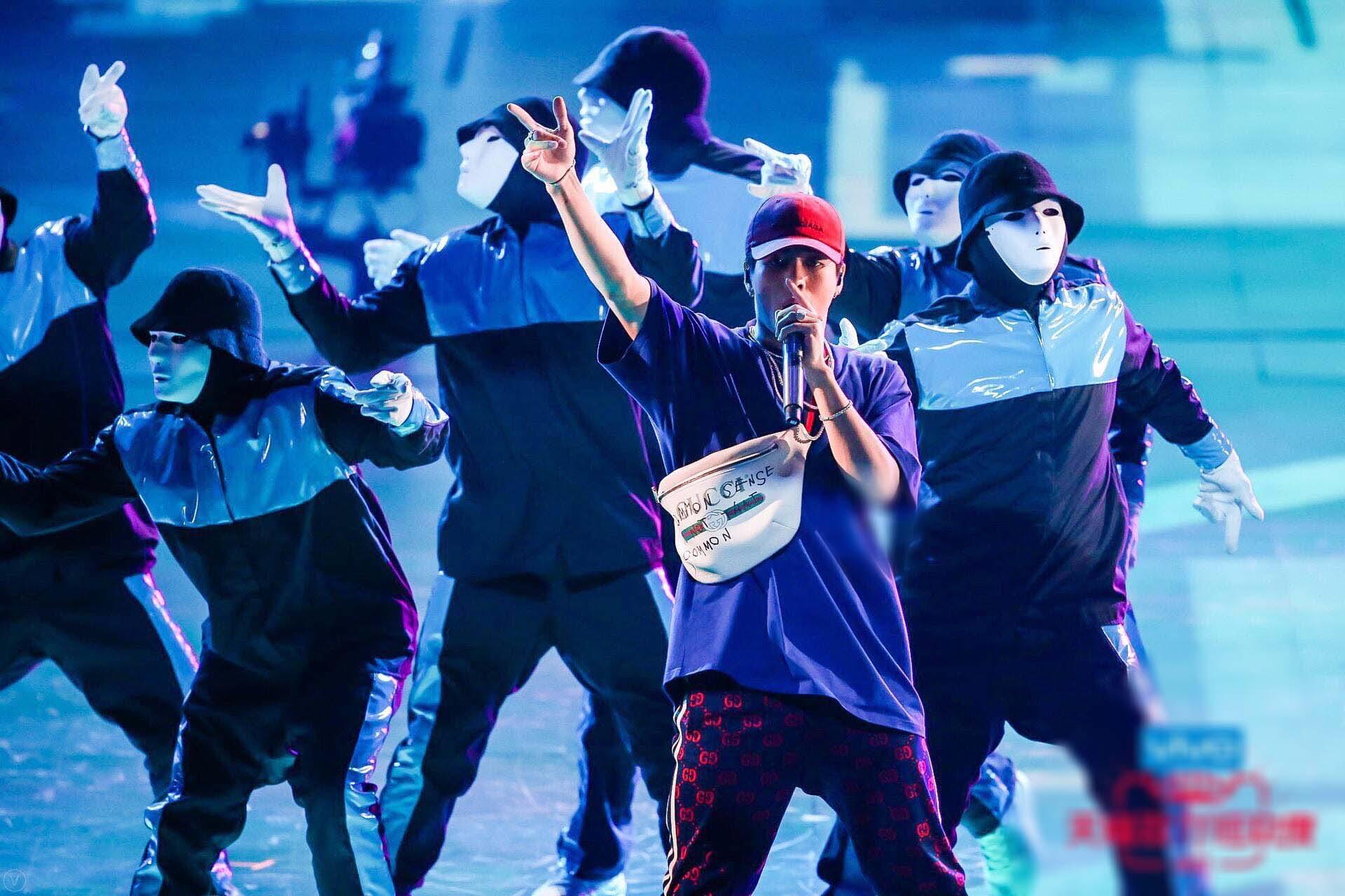 王嘉尔新歌舞台正能量 主持表演两不误