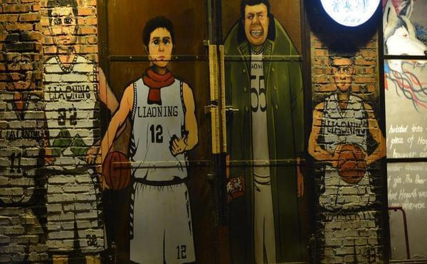 辽篮球员漫画墙点亮 大韩披军大衣手持板砖