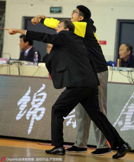 2014-2015赛季第25轮:任磊与天津助教的动作、表情惊人一致
