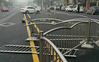 郑州一道路中间隔离护栏被撞断50多米 肇事者逃逸