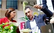 德国绿党总理候选人秀厨艺