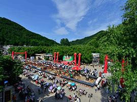 栾川一景区带领游客集体穿越共忆童年