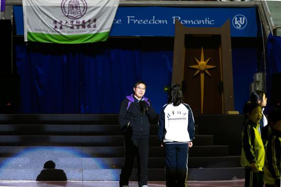 清华附中校长王殿军在冰场表演并致开幕词