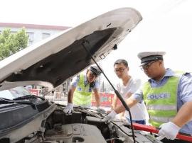 避免夏季交通安全隐患  万荣交警开展车辆安全检查