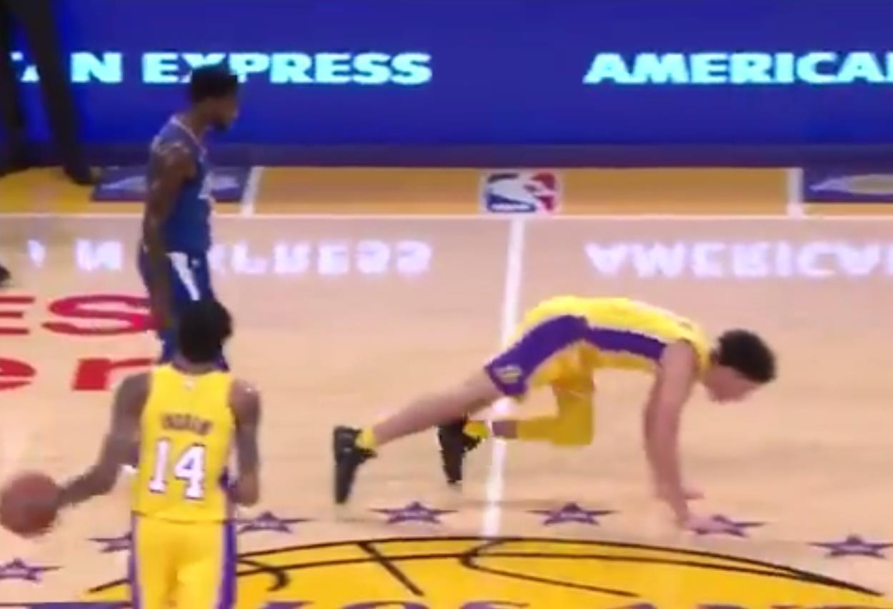 欢迎来NBA!黑贝撕咬鲍尔 球哥露王之藐视展不屑