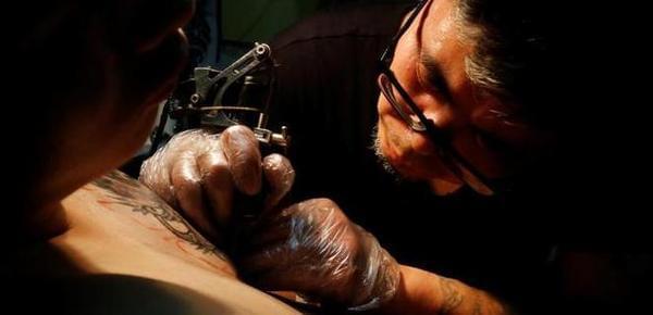 别样高薪职业:纹身师月赚4万 曾拿父亲练手
