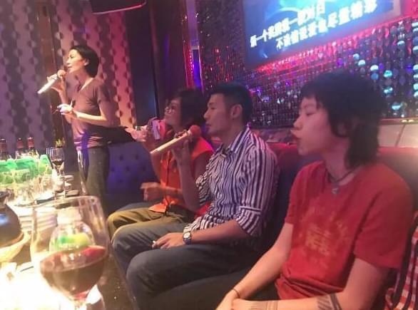 王菲母女跟李荣浩同唱K 窦靖童表情亮了