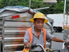 【图】高温下的东莞劳动者:环卫工塑料杯装水